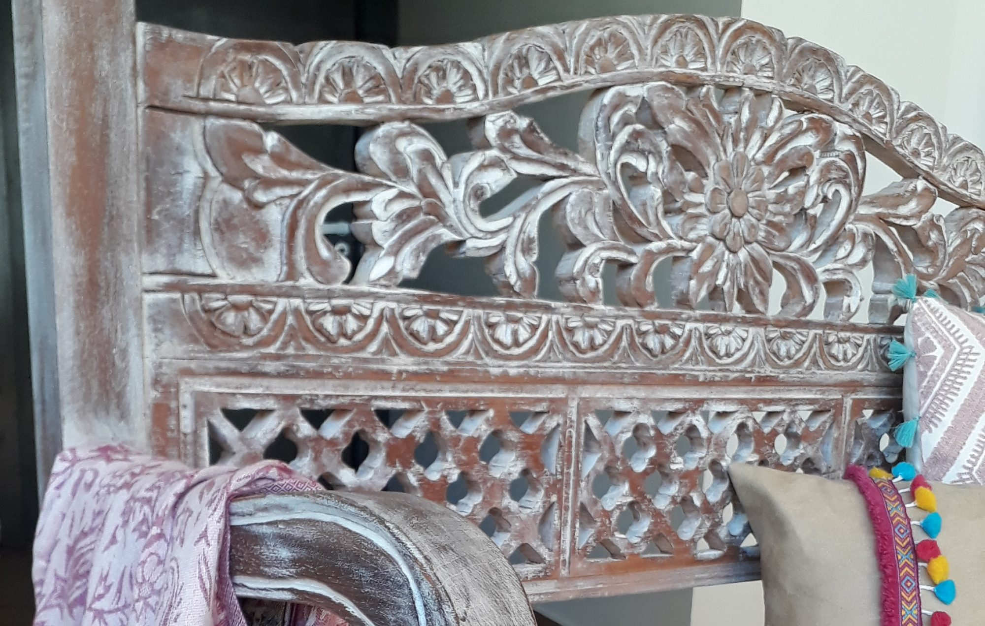 Muebles y objetos tallados en madera